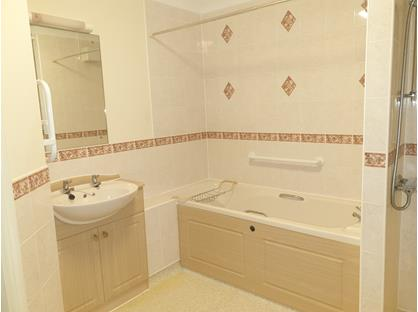 2 Bed Flat, Risingholme Court, TN21