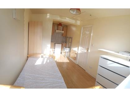 Studio Flat, Stainby Close, UB7