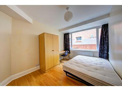 4 Bed Terraced House, Oaklea Passage, KT1